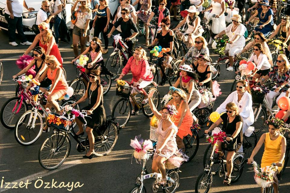 izmir-suslu-kadinlar-bisiklet-turu