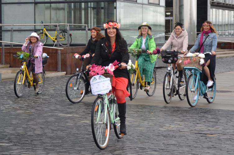 koln-fancy-women-bike-ride